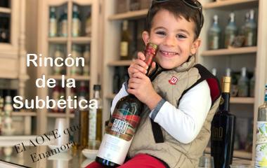 Aceite de oliva rincon de la subbética sujetado por un niño cuando su familia fue a comprar aceite a nuestra tienda